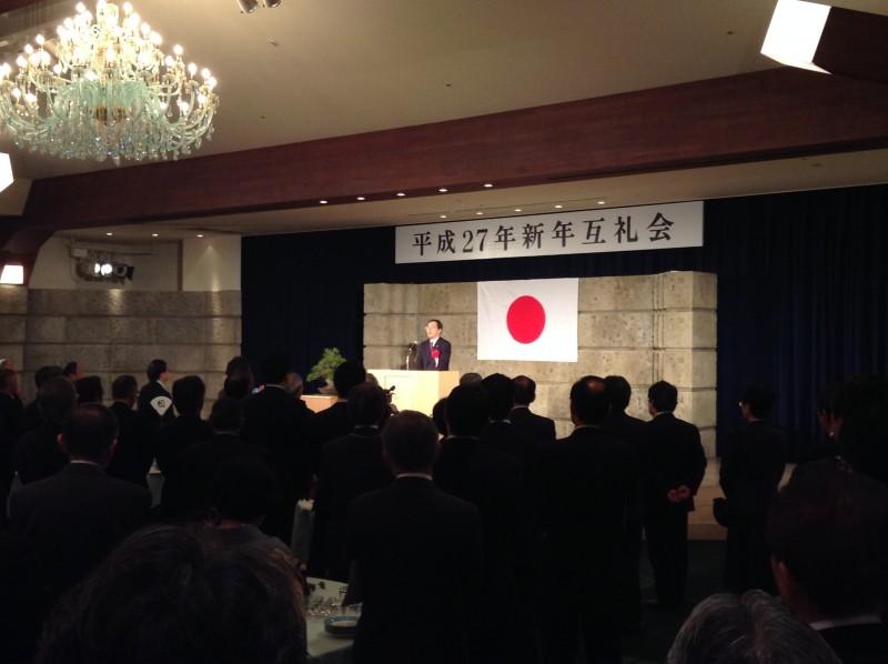 新年互礼会であいさつする 斉藤鉄夫(東広島市内)