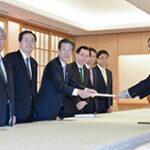岸田外相に申し入れする さいとう鉄夫(左から2人目)