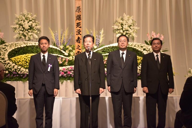 被団協追悼式での さいとう鉄夫(右から2人目)