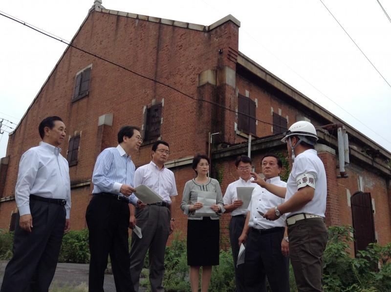 県職員から説明を受ける さいとう鉄夫(左から2人目)