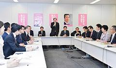 党税調総会であいさつする さいとう鉄夫(奥中)