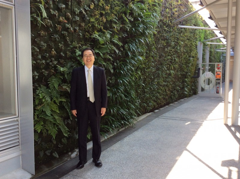 垂直庭園を見学(JR新山口駅内)