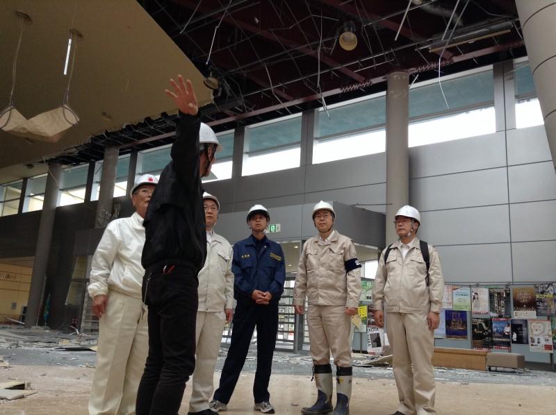 建物の被災状況を聞く さいとう鉄夫(右から2人目)